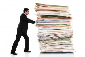 abogado-arrastrando-demanda-pesada